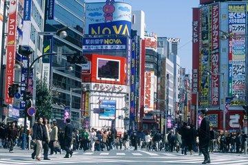 Tokyo  foule le dimanche dans le quartier de Shijuku