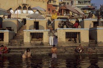 Purification et ablution dans le Gange avant la prière Inde