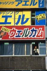 Tokyo  quartier de Shinjuku  homme d'affaire au téléphone