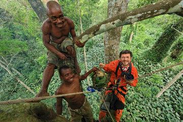 The pygmy canopy honey. Honney hunters and the photographer Eric Tourneret. Sangha  Congo