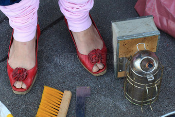 Urban Beekeeping - Erica?s red shoes are a feminist symbol in beekeeping. Beekeeping is changing and more and more women are becoming interested in it. It?s the end of the stereotype of the beekeeper with his long beard. Germany