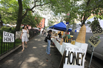 Urban Beekeeping - Andrew Cote sets up in the green and organic markets in the city of New York at Union Square and in Tompkins Square Park to sell his New York bees? production and also the honey from his 220 hives in Connecticut. USA
