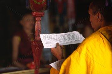 Lecture et chant des textes sacrés dans un monastère