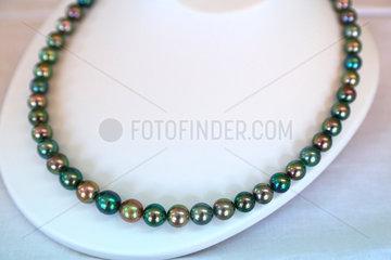 Tahitian black pearls mounted on a flush-du-neck collar