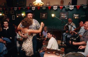 Galway  couple dansant pendant un concert dans un pub