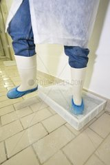 Cleaning and disinfection of boots in a pediluve