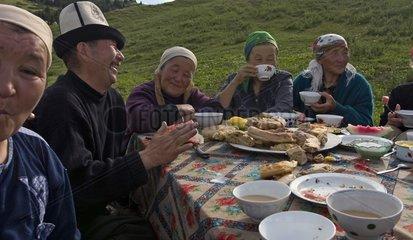 Repas dans les alpages pendant l'été Région de Naryn