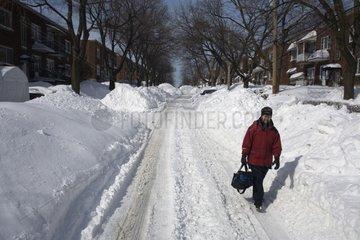 Personne marchant dans une rue enneigée de Montréal