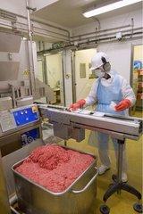 Conditionnement de viande hachée dans un atelier de découpe