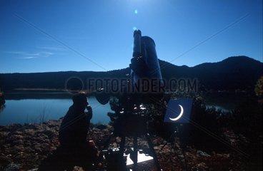 Astronome observant une éclipse annulaire de Soleil Espagne