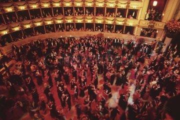 Couples de danseur au bal de l'opéra de Vienne