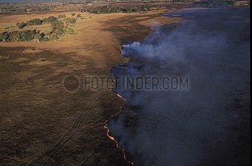 Vue aérienne d'un feu de brousse dans le delta de l'Okavango
