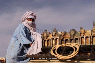 Touareg avec jerrycans d'essence Algérie