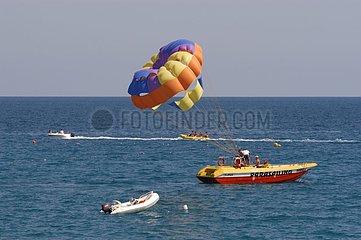 Parachute ascentionnel Plage touristique Kemer Turquie