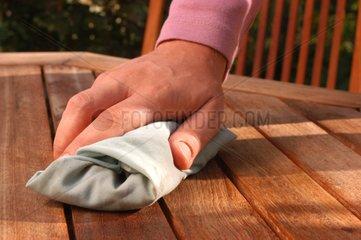 Entretien d'une table d'extérieur en bois exotique