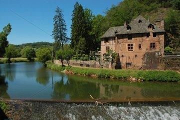 Cascade et maisons dans les Gorges du Dourdou Aveyron