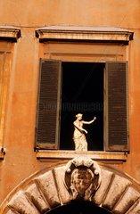 Rome  statue à la fenêtre d'une maison