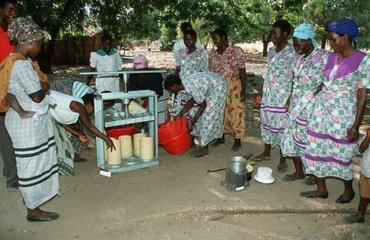 Villageois faisant des briquettes à partir de papier Malawi