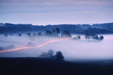 Passage d'une voiture sous le brouillard Gers