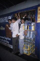 Livreurs dans un train allant au centre ville de Bombay Inde