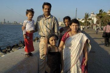 Famille Indienne posant dans la rue à Bombay