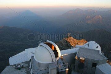 Observatoire du Pic du Midi et ombre du sommet projetée