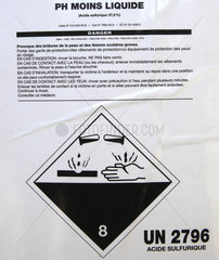 Canister containing sulfuric acid; corrosive logo  France