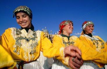 jeunes danseuses marocaines en costume traditionnel