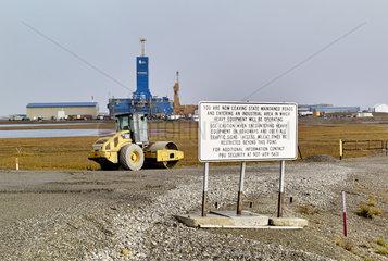 Dalton Highway : from Fairbanks to Prudhoe Bay  Trans Alaska Pipeline System (TAPS). At Deadhorse  departure of the pipeline near the Prudhoe Bay oil fields  Alaska  USA