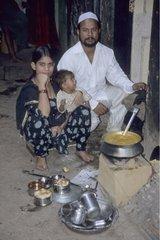 Livreur attendant le repas à livrer à un ouvrier Inde
