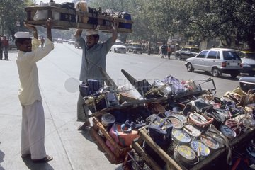 Déchargement des caisses contenant les boîtes déjeuner Inde