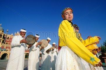 danseuse marocaine en costume traditionnel  musiciens
