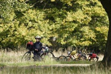 Enfant et VTT en forêt France
