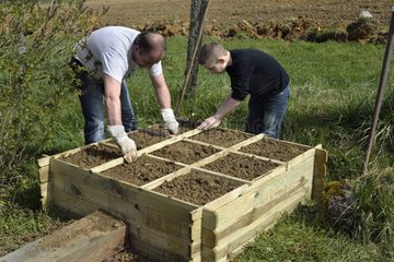 Installing a wooden garden square on a terrace - France