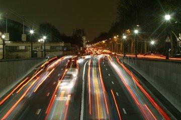 Trafic routier nocturne sur le quai des Tuileries Paris 1er