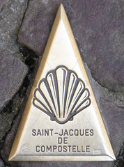 Bronze spire depicting a Saint Jacques shell inlaid in the cobblestones  indicating the direction of the pilgrimage route of Compostela  Saint Jean Pied de Port (64)  Pyrenees  France