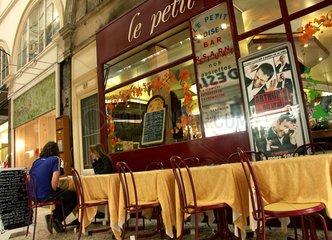 Couple assis à une table de restaurant  passage Choiseul