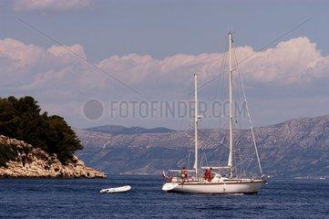 Voilier passant devant îlot en mer Adriatique Croatie