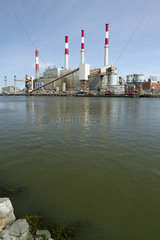 Electrical production plant (Ravenswood generating station) in front of the East River  New York  USA