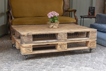 Table made with pallets of recovery