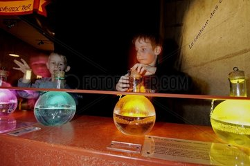 Enfants cherchant à reconnaître des odeurs