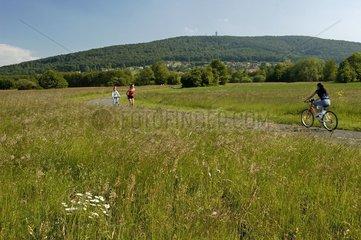 Roller et cycliste sur une piste cyclabe France