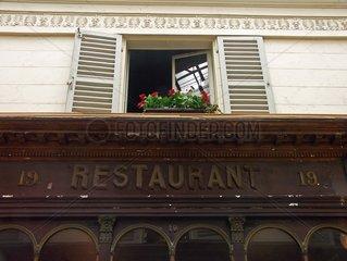 Fenêtre d'un restaurant  galerie Véro Dodat