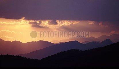 Lumière du soir sur les crêtes du Haut-Aragon Espagne