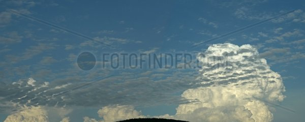 Stratocumulus clouds and training above the ridges