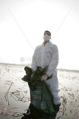 Technicien ONCFS totalement protégé pour récolte de cadavres