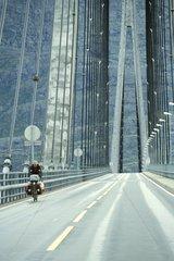 Cycliste sur le pont de Helgelandbrua Norvège