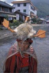Femme chinoise Shigu portant une oie sur sa tête Yunnan