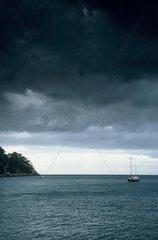 Coasts méditéranéennes under a sky threatening & sailing France [AT]