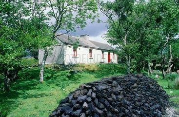 Connemara  tourbe devant une maison traditionnelle